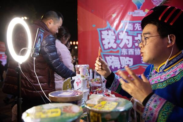 Một nông dân trong trang phục dân tộc Qiang bán các sản phẩm địa phương thông qua phát trực tiếp ở huyện Bắc Xuyên, tỉnh Tứ Xuyên, tây nam Trung Quốc, ngày 14 tháng 11 năm 2020. [Ảnh / Tân Hoa xã]