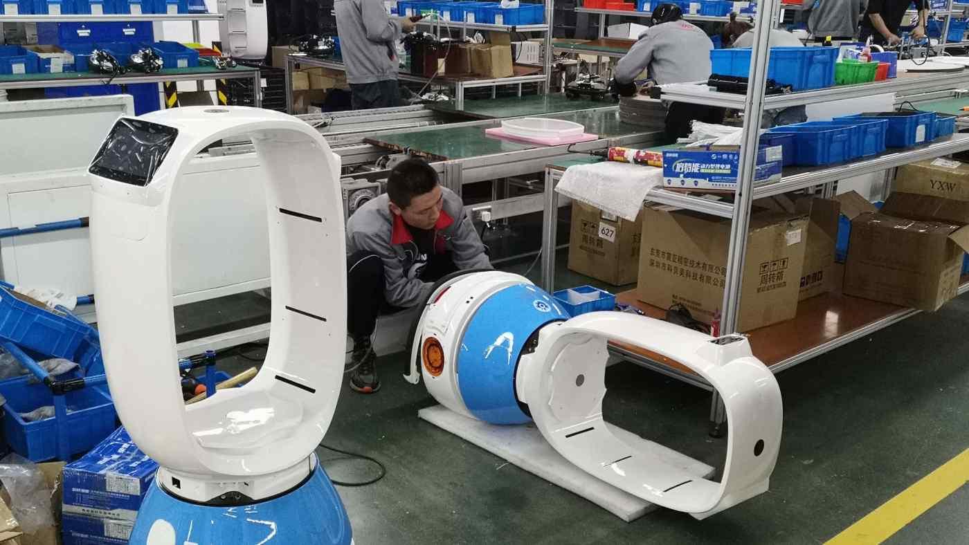 Công nhân lắp ráp robot tại một nhà máy ở Gia Hưng, tỉnh Chiết Giang, Trung Quốc. (Ảnh của Shin Watanabe).