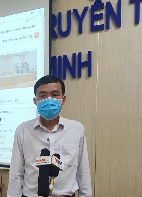 Ông Võ Minh Thành, trưởng phòng CNTT Sở TT&TT TPHCM giải đáp những lo ngại của phóng viên các cơ quan báo đài.