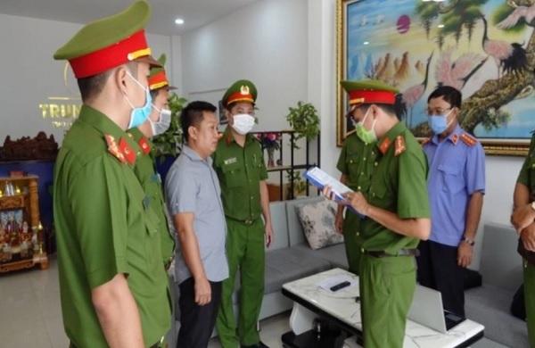 Cơ quan CSĐT Công an Bình Thuận tống đạt quyết định khởi tố, bắt tạm giam Cao Đức Trung - giám đốc Công ty TNHH TVXD & KDBĐS Trung Land