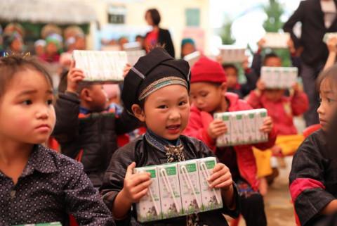 Quỹ sữa vươn cao Việt Nam 2021: sẽ có 19.000 trẻ em có hoàn cảnh khó khăn sẽ được tài trợ uống sữa trong năm 2021