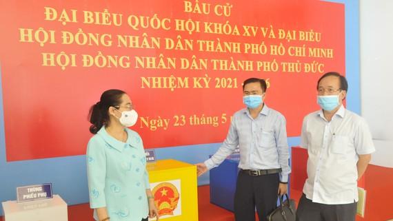Chủ tịch HĐND TPHCM Nguyễn Thị Lệ kiểm tra việc chuẩn bị bầu cử tại TP Thủ Đức.