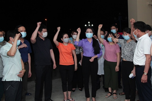 Bí thư Tỉnh ủy Vĩnh Phúc Hoàng Thị Thúy Lan thăm hỏi, động viên các y, bác sỹ làm nhiệm vụ tại Bệnh viện dã chiến tỉnh.