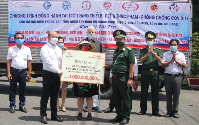 Các tổ chức, doanh nghiệp trao tặng biển tượng trưng vật tư, trang thiết bị y tế và thực phầm cho BĐBP