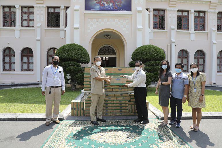 Công ty con của Vinamilk tại Campuchia tặng 48.000 hộp sữa cho trẻ em và người dân nước bạn trong đại dịch