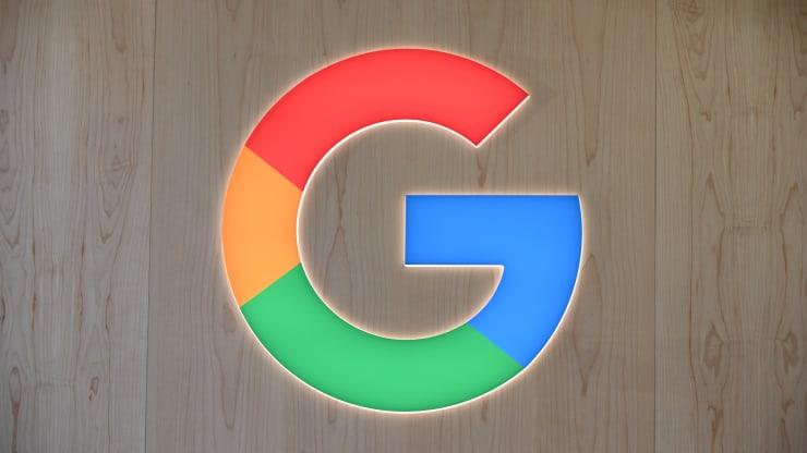 Biểu trưng của Google được nhìn thấy vào ngày 8 tháng 1 năm 2020 tại Triển lãm Điện tử Tiêu dùng (CES) 2020 ở Las Vegas, Nevada.