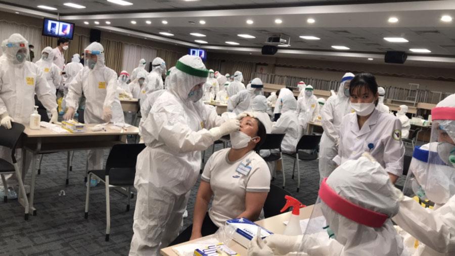 Lấy mẫu xét nghiệm test nhanh COVID-19 tại SEV - Ảnh: Báo Bắc Ninh