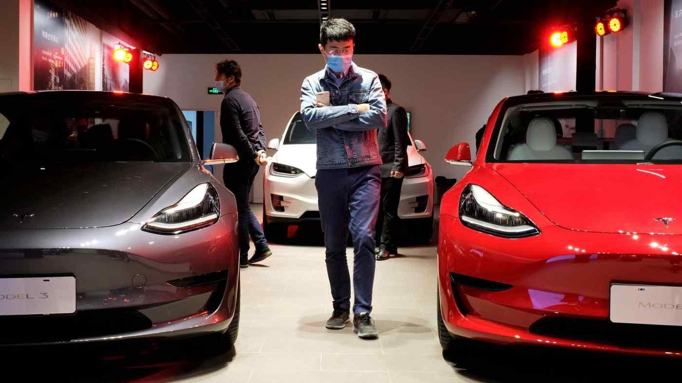 Xe sedan Tesla tại một phòng trưng bày ở Thượng Hải: Nhà sản xuất xe điện này đã tăng gần gấp bốn lần doanh số bán hàng tại Trung Quốc trong quý đầu tiên. © Reuters