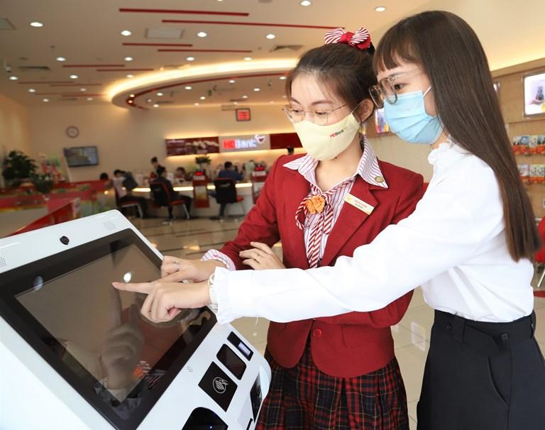Khách hàng sử dụng Smart Kiosk tại HDBank Cộng Hòa
