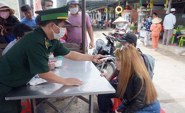Bộ đội Biên phòng Kiên Giang tiến hành kiểm tra thân nhiệt người dân