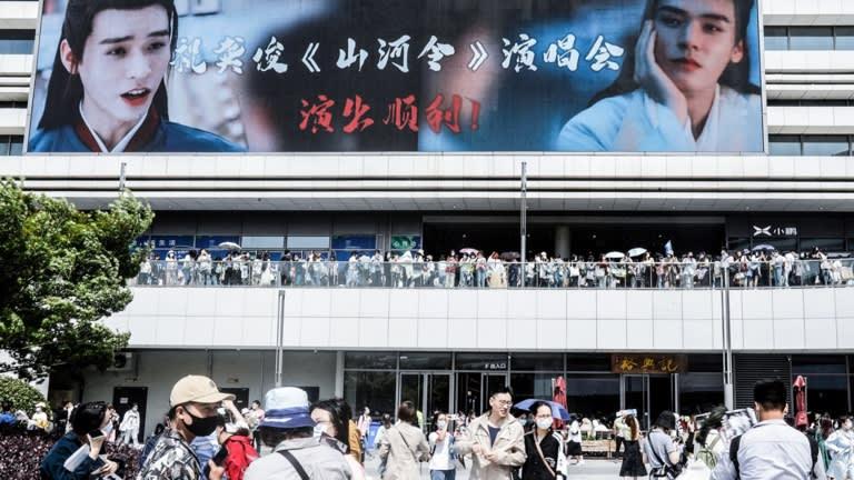 Người hâm mộ ở Tô Châu, Trung Quốc tập trung trước buổi hòa nhạc