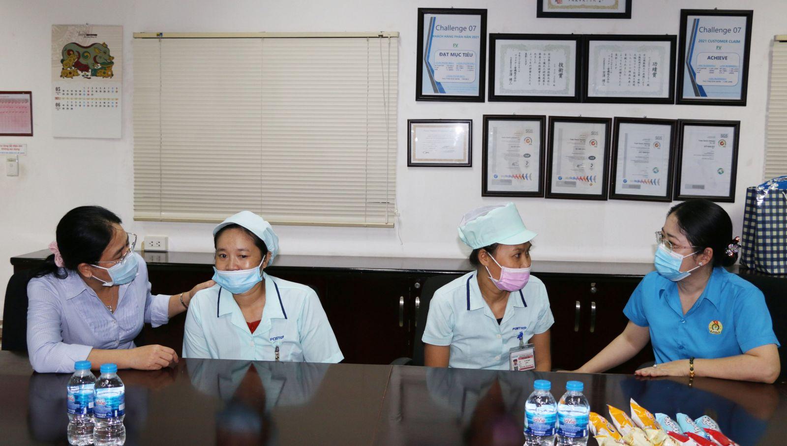 Lãnh đạo LĐLĐ tỉnh Bình Dương tiếp nhận hỗ trợ từ các doanh nghiệp để chăm lo cho người lao động khó. Nguồn ảnh: Văn Trung