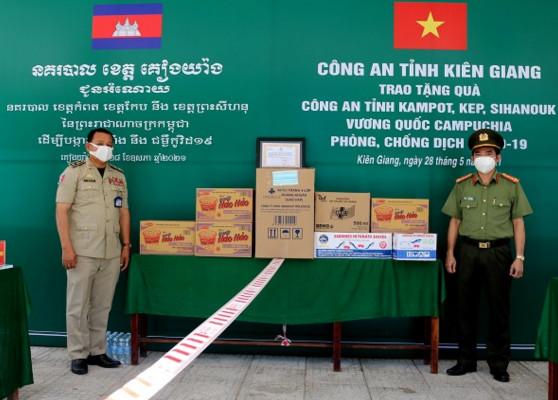 Kiên Giang: Công an tỉnh tặng quà phòng, chống dịch Covid-19 tại Campuchia