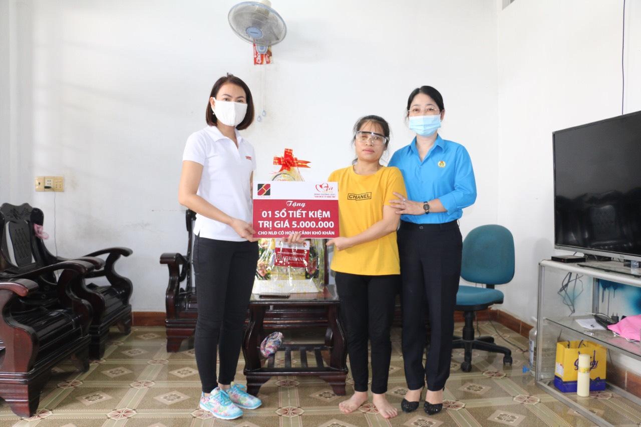 Chủ tịch LĐLĐ tỉnh Nguyễn Kim Loan và đại diện lãnh đạo ngân hàng Agrribank Bình Dương trao sổ tiết kiệm cho người lao động khó khăn. Nguồn ảnh: Văn Trung