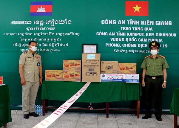 Đại tá Lê Văn Quý - Phó Giám đốc Công an tỉnh trao quà tặng cho Công an tỉnh Kep, Vương quốc Campuchia