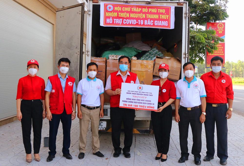Lãnh đạo Chữ thập đỏ tỉnh Phú Thọ và Nhóm thiện nguyện Thanh Thủy trao quà trợ giúp Hội CTĐ Bắc Giang