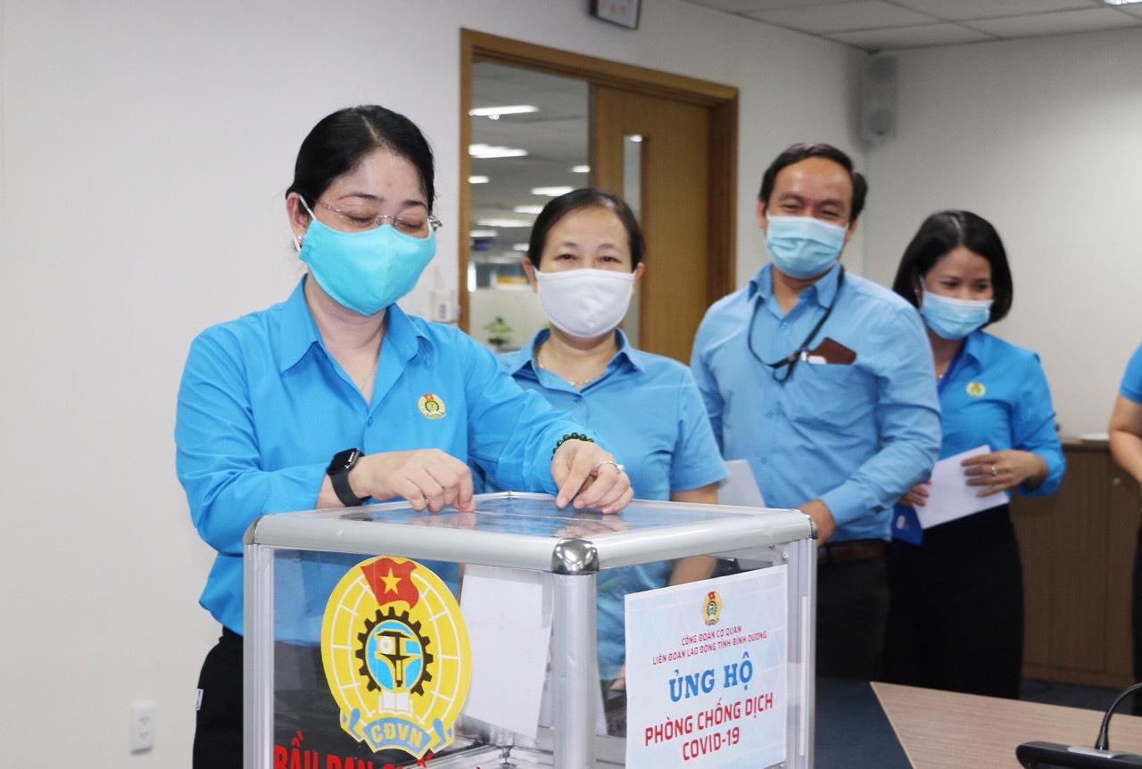 Các đồng chí lãnh đạo cơ quan LĐLĐ tỉnh đóng góp ủng hộ. Nguồn ảnh: Văn Trung