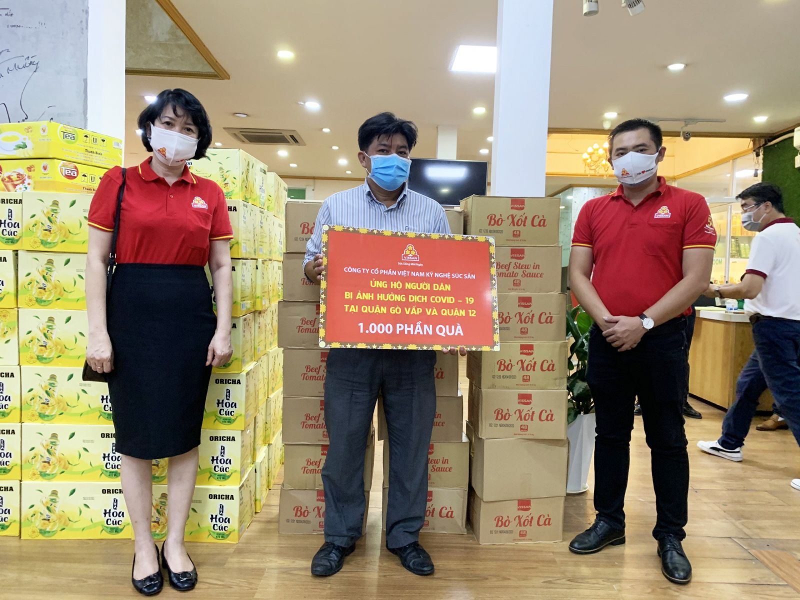 Bà Huỳnh Anh Thư – Chủ tịch Công đoàn đã đại diện Công ty VISSAN trao quà đến Hội Lương thực Thực phẩm TP.HCM.