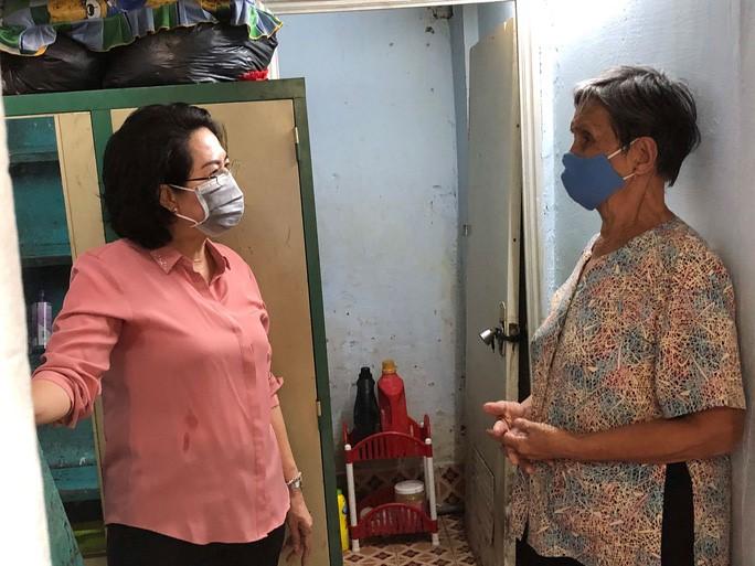 Chủ tịch Ủy ban MTTQ TP HCM Tô Thị Bích Châu tặng quà và thăm hỏi người dân gặp khó khăn bởi dịch Covid-19 tại TP HCM