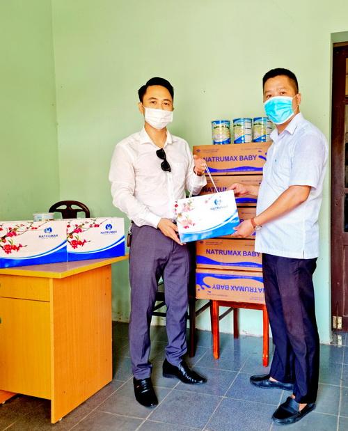 Đại diện Natrumax Việt Nam đã trao quà và hiện vật là sữa cho trẻ em tỉnh Bắc Giang với tổng giá trị gần 100 triệu đồng.