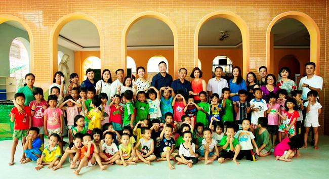 Natrumax Việt Nam trao tặng quà cho trẻ em mồ côi ở Mái ấm Thiên Thần tại quận 9, thành phố Hồ Chí Minh.