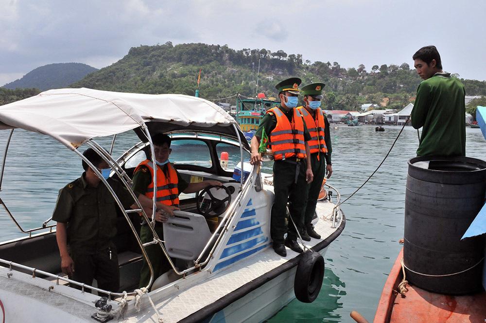 Lực lượng bộ đội biên phòng, công an, dân quân tự vệ tuần tra 24/24 trên biển để kịp thời ngăn chặn, bắt giữ các trường hợp nhập cảnh trái phép