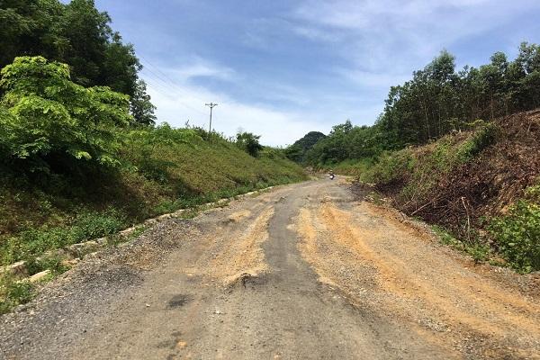 Tuyến đường dài 15km vừa làm xong đã có tơi 13 điểm hư hỏng nghiêm trọng
