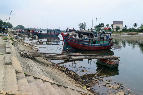 Âu thuyền tránh trú bão ở Sông Lý. Nước rút để lộ kè đá lởm chởm gây nguy hiểm cho tàu thuyền khi neo đậu