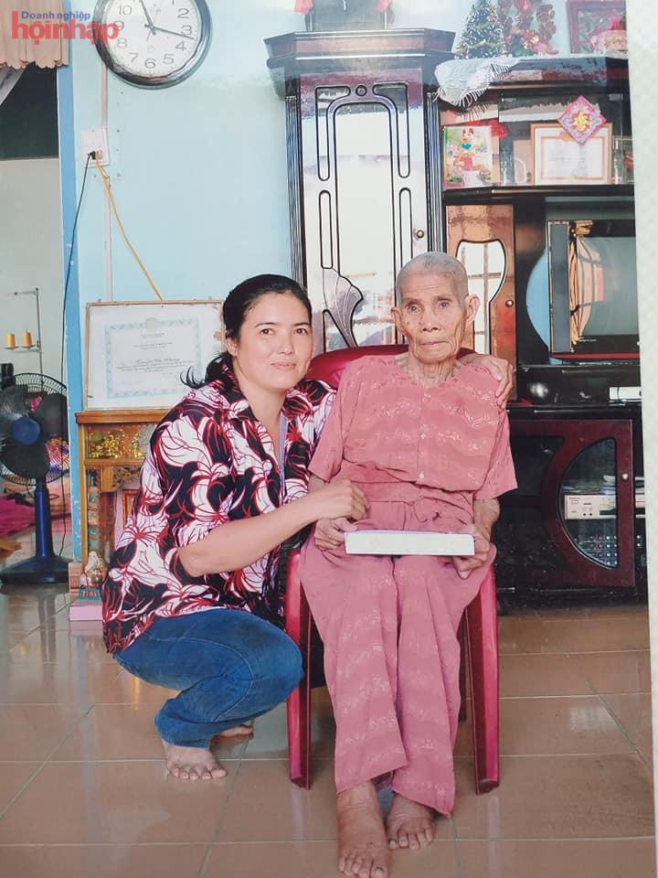 Bà Trần Thị Ngọc Xuyến bên Mẹ Việt Nam Anh hùng Nguyễn Thị Nhúng xã Tân Thông Hôị huyện Củ Chi - TP HCM .