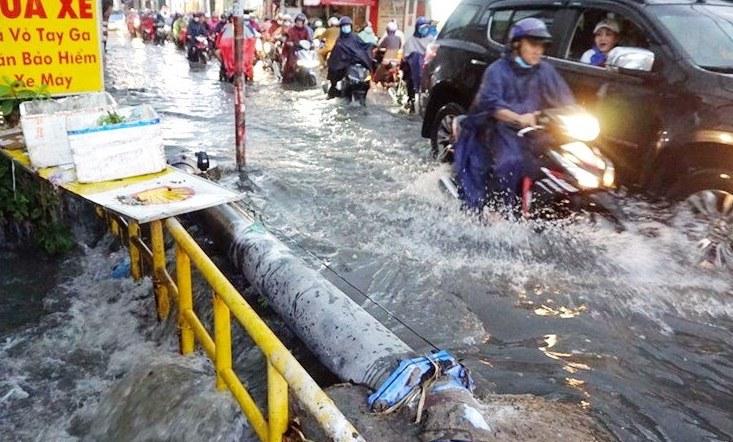 Nước chảy cuồn cuộn xuống trong cơn mưa ở đường Tô Ngọc Vân - TP Thủ Đức