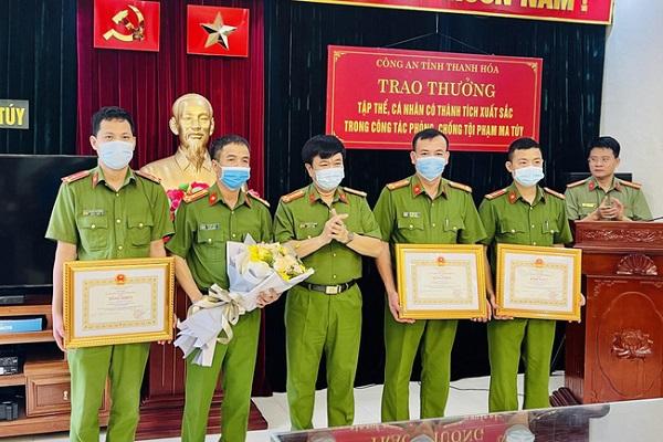 Thừa uỷ quyền của Chủ tịch UBND tỉnh, Đại tá Khương Duy Oanh, Phó Giám đốc-Thủ trưởng Cơ quan Cảnh sát điều tra Công an tỉnh đã trao Bằng khen của Chủ tịch UBND tỉnh Thanh Hoá cho 2 tập thể và 3 cá nhân trong Ban Chuyên án 220H