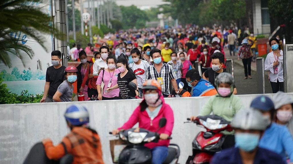 Công nhân làm việc tại Công ty TNHH PouYuen Việt Nam vào giờ tan tầm