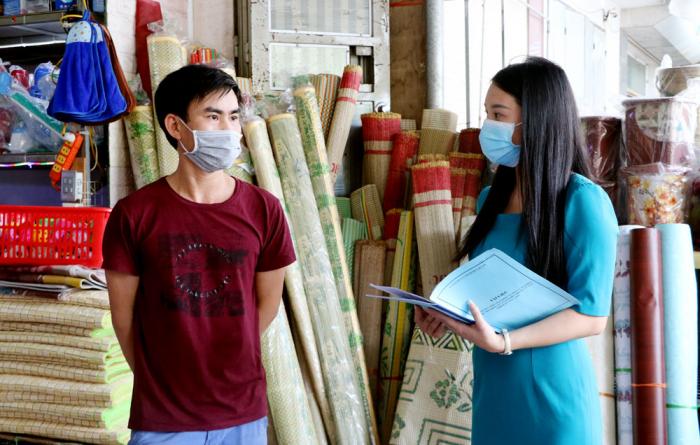 Cán bộ Chi cục thống kê thành phố Việt Trì kiểm tra bảng kê tại các hộ kinh doanh