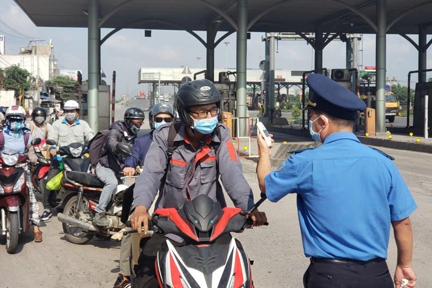 Lực lượng chức năng kiểm soát người từ TPHCM vào Đồng Nai