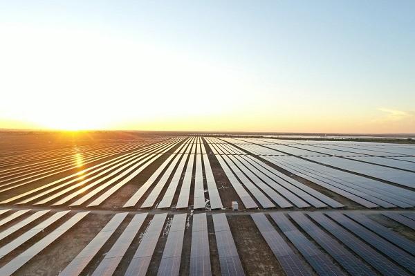 Nghị quyết số 55-NQ-TW của Bộ Chính trị về định hướng chiến lược phát triển năng lượng quốc gianhiều vùng đất đai khắc nghiệt, cằn cỗi hàng ngàn năm, nay đã được các nhà đầu tư trong và ngoài nước biến thành nơi sinh lời với những dự án mang tầm vóc quốc gia, tầm vóc khu vực