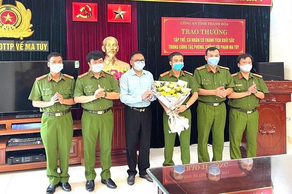 Ông Cao Tiến Đoan,Chủ tịch hiệp hội doanh nghiệp tỉnh Thanh Hóa;Chủ tịch tập đoàn bất động sản Đông Á,Chủ tịch CLB bóng đá Đông Á Thanh Hóa trao số tiền 100 triệu đồng.