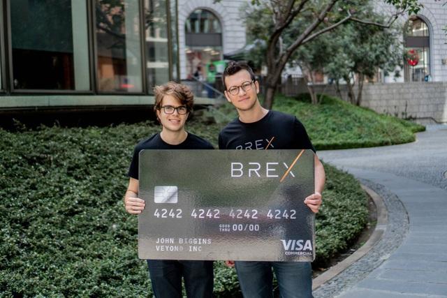 Henrique Dubugras và Pedro Franceschi cùng với thẻ tín dụng của Brex. Nguồn ảnh: Internet