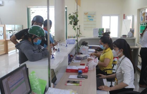 Nhân viên, giao dịch viên Bưu điện huyện Châu Thành đeo khẩu trang khi giao dịch với khách hàng, nhằm chung tay phòng, chống dịch COVID-19