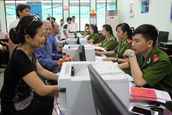 Công dân thực hiện các thủ tục đăng ký cư trú dẫn đến thay đổi thông tin trong Sổ hộ khẩu, Sổ tạm trú thì cơ quan đăng ký cư trú có trách nhiệm thu hồi Sổ hộ khẩu, Sổ tạm trú đã cấp