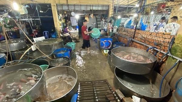 Công ty TNHH Châu Việt Long đã tự ý lắp đặt thiết bị, đường ống hoặc các đường thải khác để xả chất thải phát sinh từ hoạt động của chợ đầu mối thủy hải sản Long Xuyên không qua xử ra lý môi trường (ảnh chụp ngày 20/4/2021). (Ảnh: Công Mạo/TTXVN)