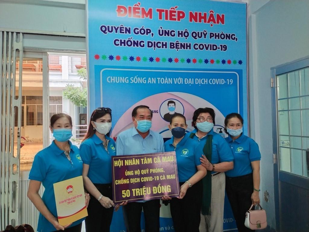 Hội Nhân tâm Cà Mau trao bảng tượng trưng đóng góp 50 triệu đồng cho Quỹ quyên góp, ủng hộ phòng, chống dịch bệnh Covid-19