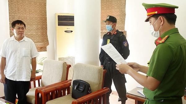 Công an đọc lệnh bắt Ngô Văn Thu