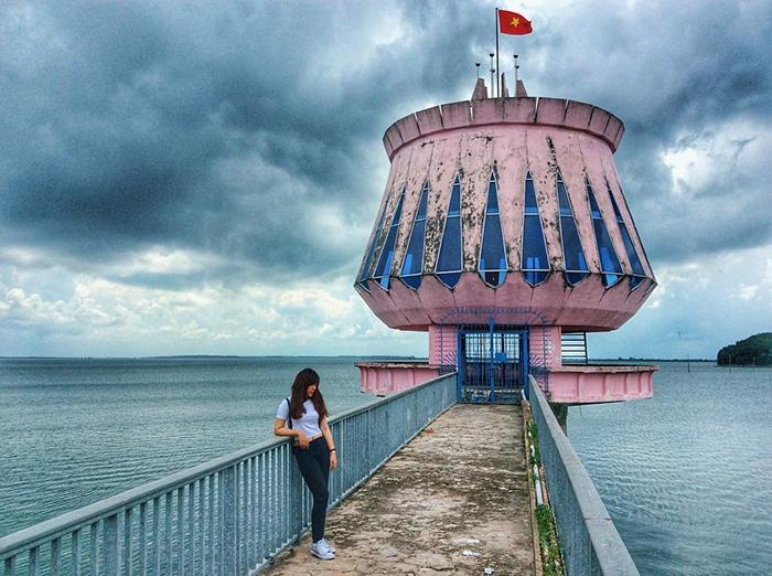 Du khách chụp ảnh tại Hồ Dầu Tiếng (nguồn: Internet).