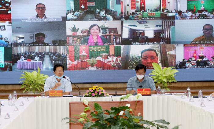 """Ông Huỳnh Minh Tuấn Phó Chủ tịch Uỷ ban nhân dân tỉnh (bìa trái) trao đổi với các chuyên gia, doanh nghiệp và bày tỏ mong muốn của Đồng Tháp về xây dựng """"nền nông nghiệp sinh thái, nông thôn hiện đại, nông dân thông minh"""""""