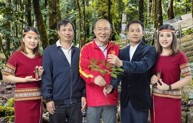 Ông Trần Hoàn, người đúng thứ 2 bên phải; Chủ tịch Hội đồng quản trị Công ty Cổ phần Vingin (đơn vị đang sở hữu thương hiệu sâm Ngọc Linh Kon Tum K5). Cũng là chủ doanh nghiệp đã trồng và phát triển hơn 600 ha sâm Ngọc Linh tại Kon Tum.