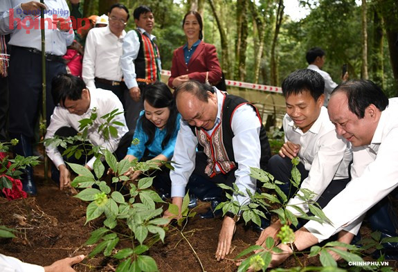 Nguyên Thủ tướng Chính phủ Nguyễn Xuân Phúc đã tới thăm vùng trồng sâm của Công ty Cổ phần sâm Ngọc Linh - Kon Tum tại huyện Tu Mơ Rông (Kon Tum).