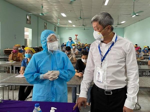 Thứ trưởng Bộ Y tế Nguyễn Trường Sơn kiểm tra công tác tiêm vaccine cho công nhân tại Công ty TNHH Hana Kovi Việt Nam