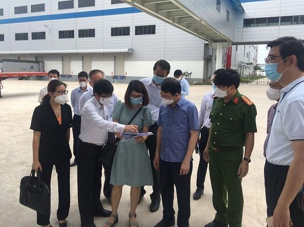 Ông Dương Chí Nam (áo trắng bên trái) cùng Chủ tịch UBND tỉnh Bắc Giang Lê Ánh Dương kiểm tra công tác đảm bảo an toàn các doanh nghiệp tại KCN Quang Châu, huyện Việt Yên