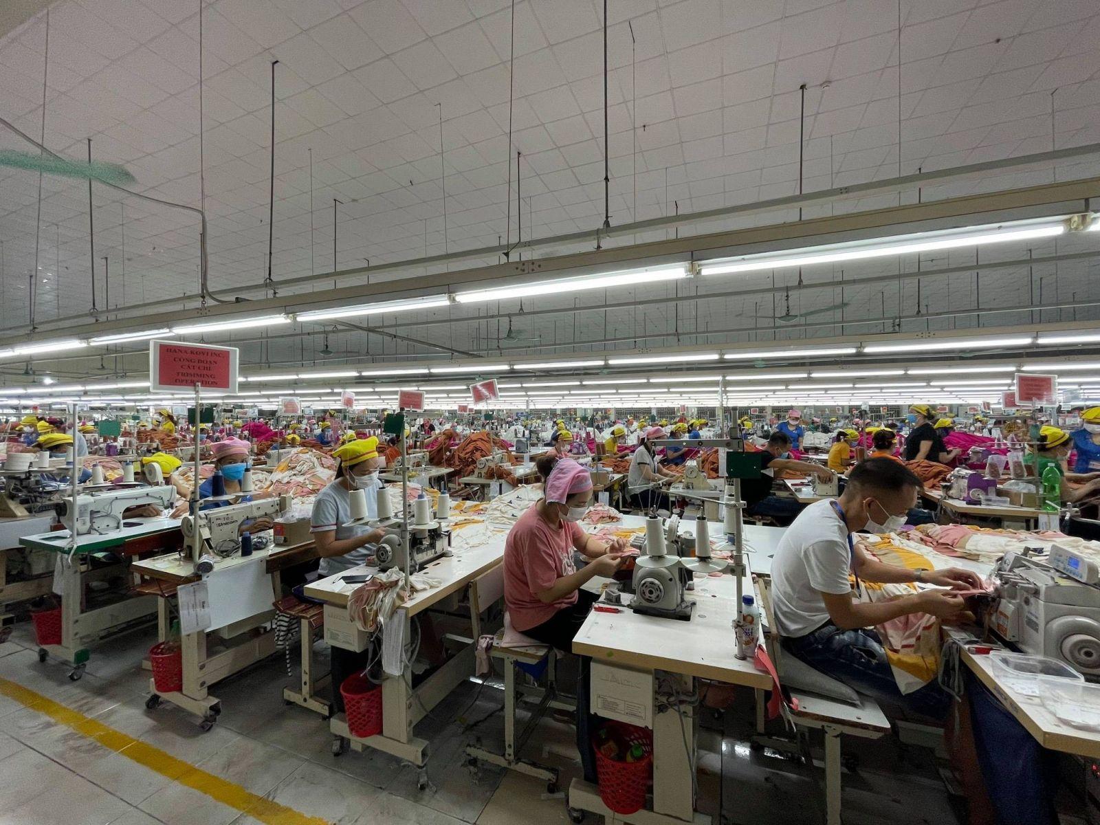 Các công nhân làm việc tại Công ty TNHH Hana Kovi Việt Nam