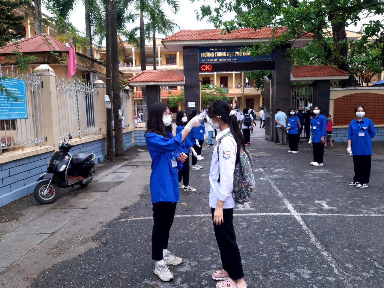 Kiểm tra y tế đo thân nhiệt cho thí sinh trước khi vào trường thi lớp 10 tại PTTH Kiến Thụy huyện Kiến Thụy Hải Phòng